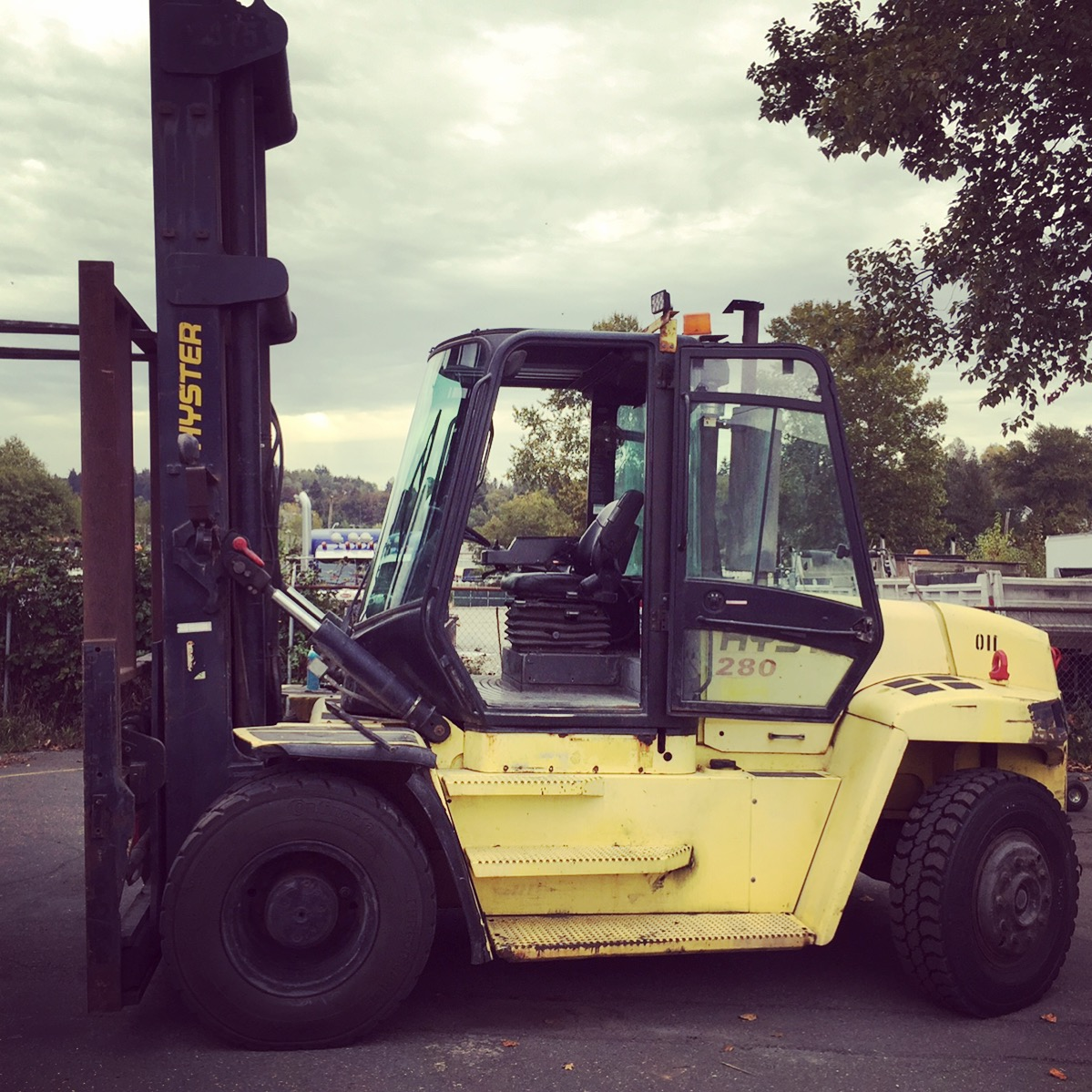 HYSTER DIESEL FORKLIFT (25,400 LB Capacity)